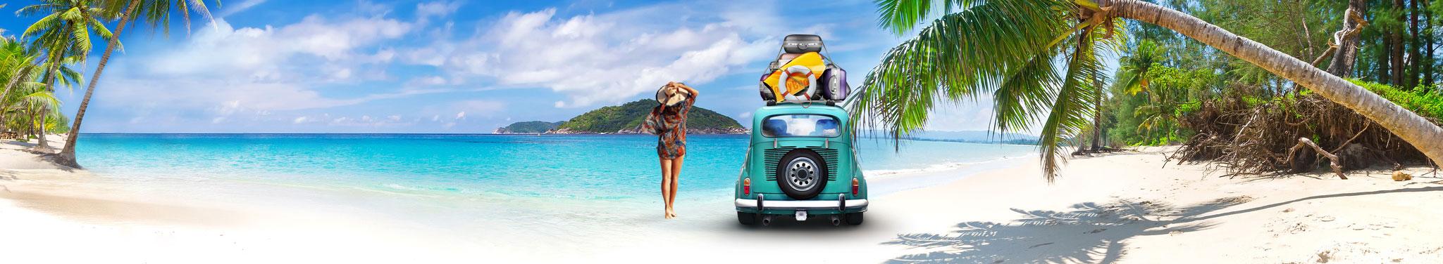Strand mit Auto, Frau und Palmen