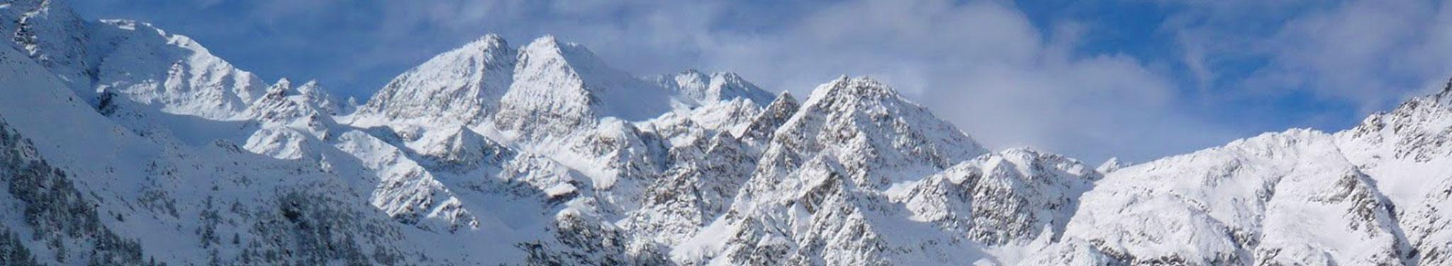 Berge mit Schnee und blauer Himmel mit Wolken im Hintergrund
