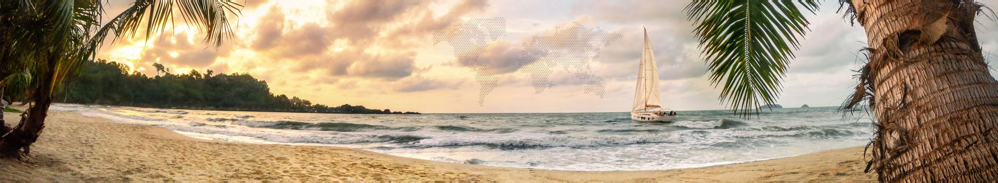 Strand mit Sonnenuntergang und Palmen