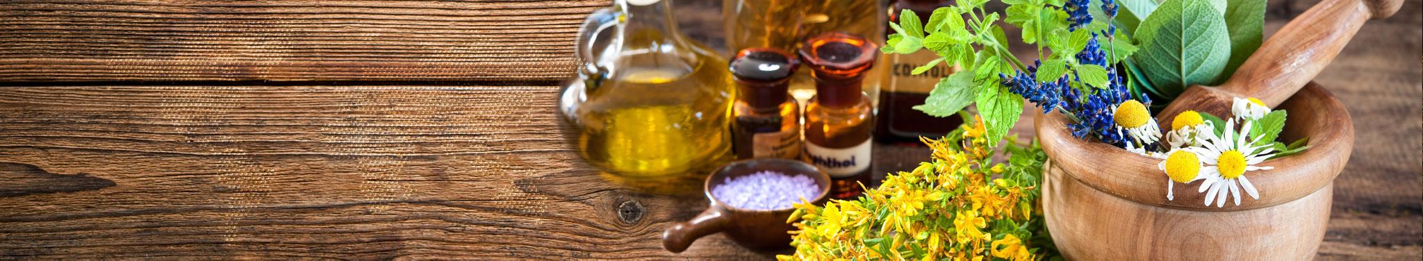 Öle und Kräuter auf Holztisch