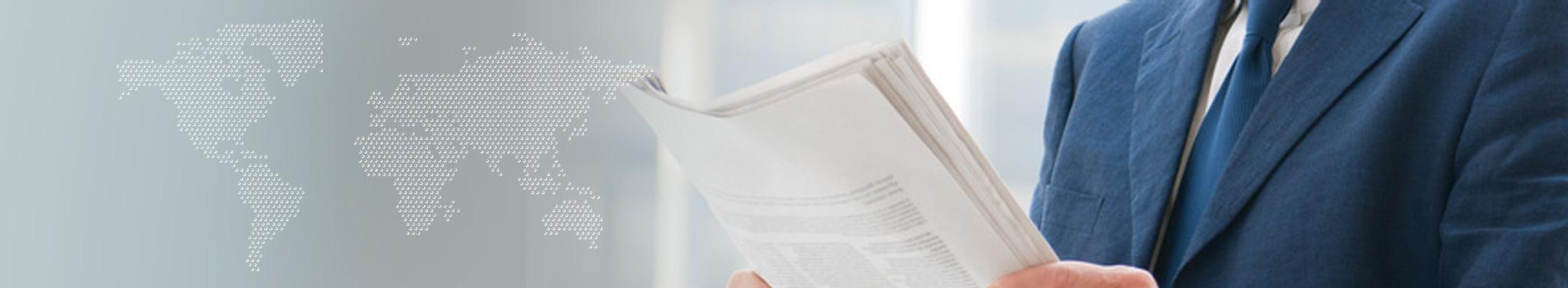 Mann im blauen Anzug liest Zeitung